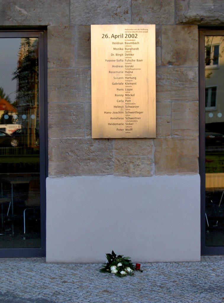 Blumen zum Gedenken: Tafel am Guttenberg-Gymnasium. Foto: CTHOE / Wikimedia Commons (CC BY-SA 3.0)