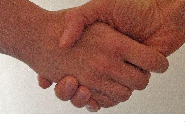Der Handschlag mit Vertretern des anderen Geschlechts stellt manche Muslime offenbar vor ein Problem. Foto: Broad Bean Media / flickr Broad Bean Media (CC BY-SA 2.0)
