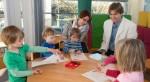 Der Schreibmotorik-Forscher Christian Marquardt demonstriert in einer Kölner Kita von ihm entwickelte Methoden, mit denen Kinder spielerisch ihre Schreibmotorik trainieren können. Foto: Gudrun Petersen