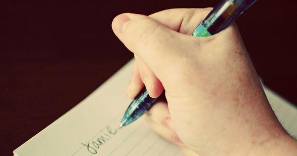 Eine schlechte Stifthaltung sieht dann etwa so aus. Foto: Jamie / flickr (CC BY 2.0)