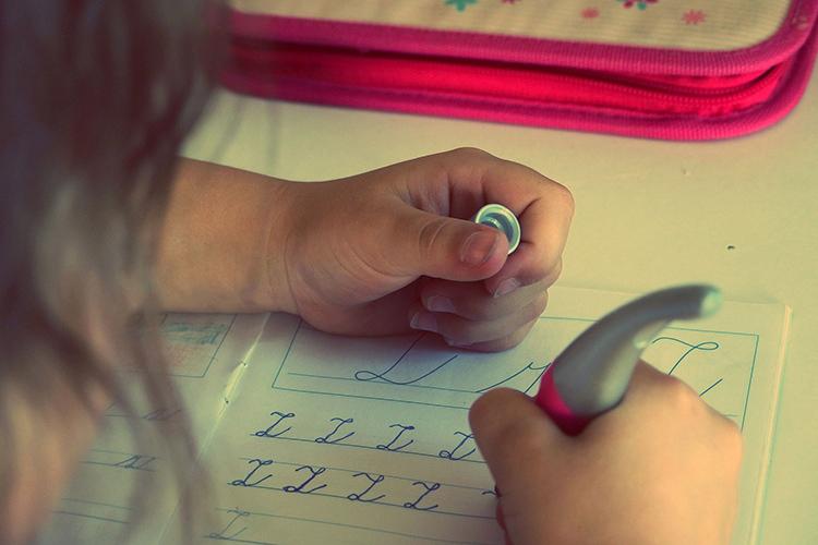 Schüler sollen eine gut lesbare, flüssige Handschrift erlernen.