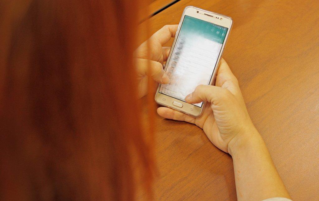 Sofern eine Lehrkraft es als notwendig erachtet, über Messenger mit Eltern oder Schülern zu kommunizieren, kommen laut Leitfaden nur europäische Anbieter, die eine Ende-zu-Ende-Verschlüsselung anbieten, in Betracht. Foto: Marco Verch / flickr (CC BY 2.0)