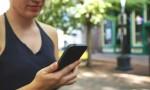 """Vor der Schule heißt es für die meisten Schüler """"Handy aus!"""". Ein pauschales Verbot dürfen Schulen allerdings nicht aussprechen. Foto: Eric Bailey/startupstockphotos.com (CC0 / Public Domain)"""