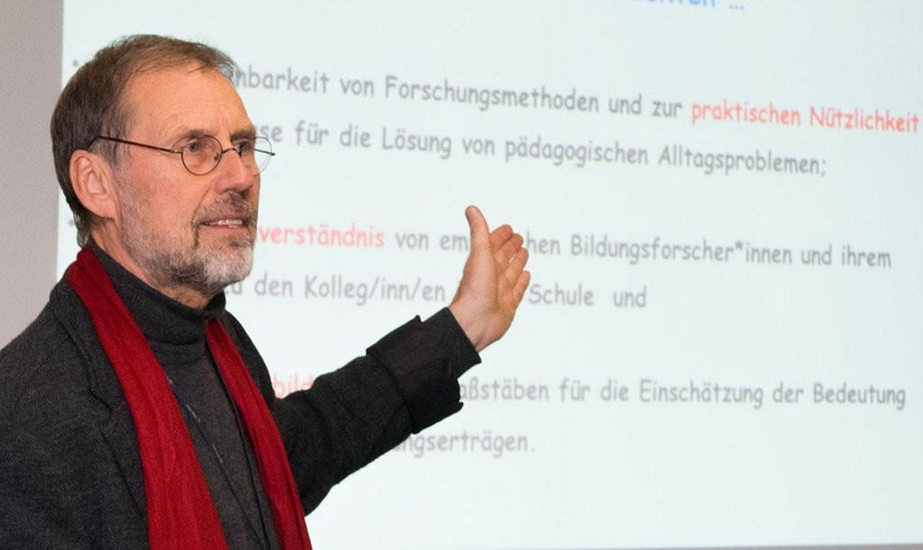 """""""Menschen lassen sich nicht vermessen"""". Prof. Dr. Hans Brügelmann rät zum Erfahrungsaustausch zwischen Lehrern statt Handlungen nach Statistiken. Foto: Universität Siegen"""