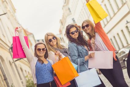Vier junge Frauen mit Einkaufstten