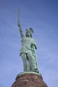 """""""Hermannsdenkmal statue"""" von Daniel Schwen - Eigenes Werk. Lizenziert unter Creative Commons Attribution-Share Alike 4.0 über Wikimedia Commons - http://commons.wikimedia.org/wiki/File:Hermannsdenkmal_statue.jpg#mediaviewer/File:Hermannsdenkmal_statue.jpg"""