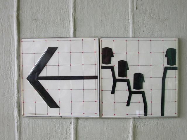 Piktogramm-Wegweiser zu einem Hörsaal