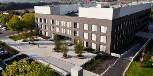 Das 2011 errichtete Gebäude des von der Boehringer Stiftung geförderten IMB in Mainz. Die Stiftung und die Uni Mainz wollen den Streit um die vertragliche Gestaltung ihrer Zusammenarbeit nun abhaken. Foto: Uhle Ruhland /Wikimedia Commons (CC BY-SA 3.0)