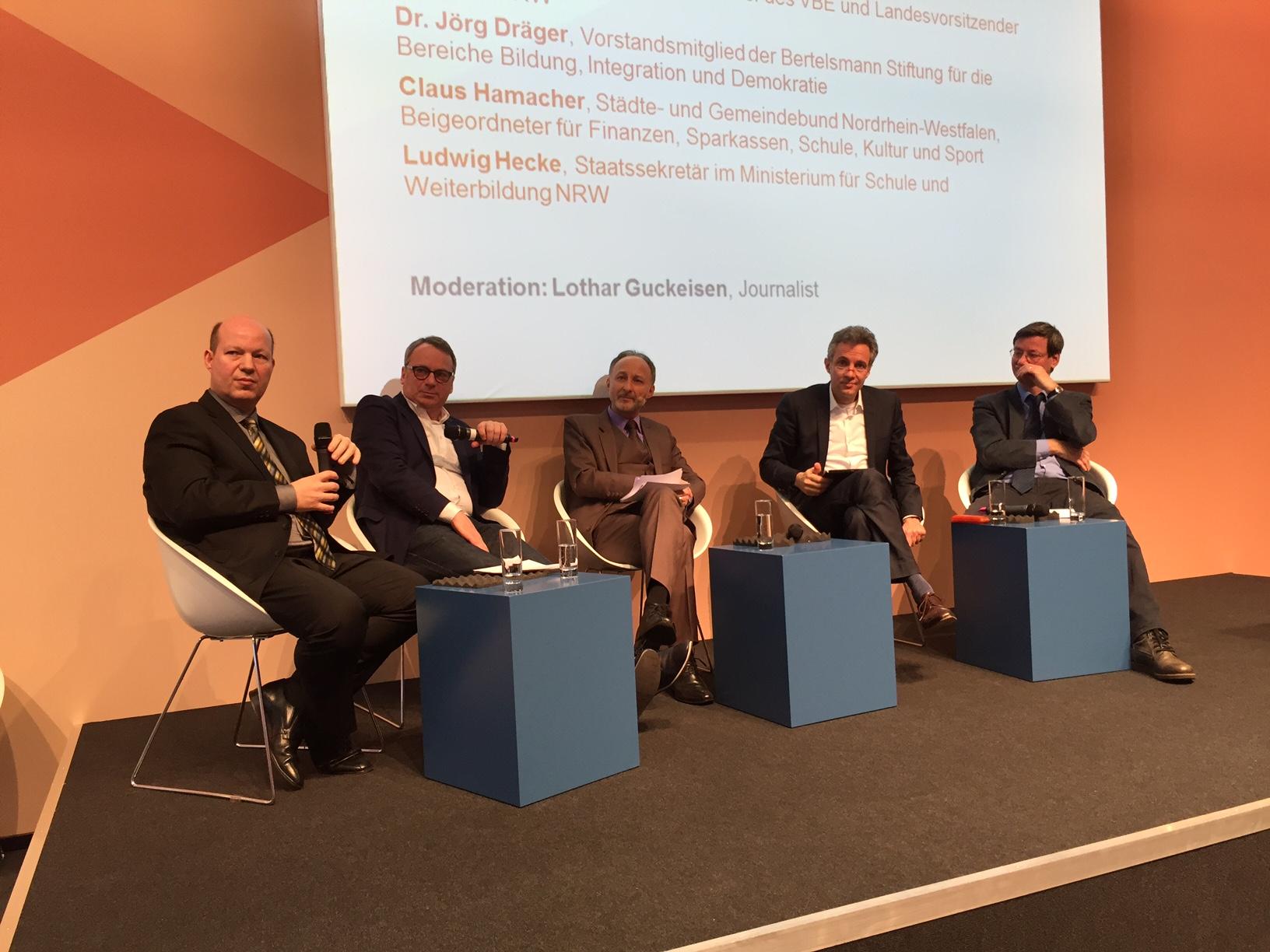 Hambacher, Beckmann, Moderator Lothar Guckeisen, Dräger und Hecke diskutieren auf dem Podium die Inklusion. (Foto: nin)