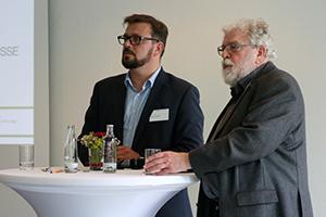 Ein- oder mehrgliedriges Schulsystem? Darüber diskutierten Professor Klaus-Jürgen Tillmann und Professor Kai Maaz mit den teilnehmern des Symposiums. Foto: Anna Hückelheim