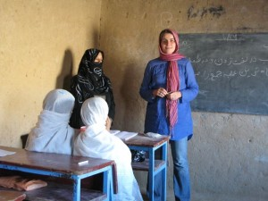 Zu Besuch: Christiane Althoff an einer Dorfschule nahe Kholm. Foto: Althoff/GIZ