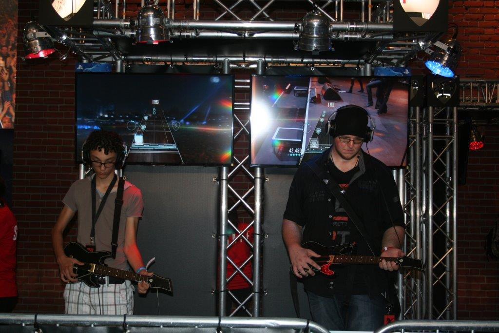 "Spieler testen ""Guitar Hero"". (Foto JM)"