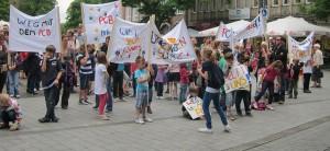 Schüler, Eltern und Lehrer demonstrierten in Neuss für eine Sanierung ihrer Schule - mit Erfolg. Foto: privat