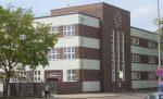 Wie weit darf der Umgang mit Rechtsextremismus an der Schule gehen? Das Geschichtsprojekt des Innerstädtischen Gymnasium Rostock hat eine Diskussion angefacht. Foto: VGSchunke / Wikimedia Commons (gemeinfrei)