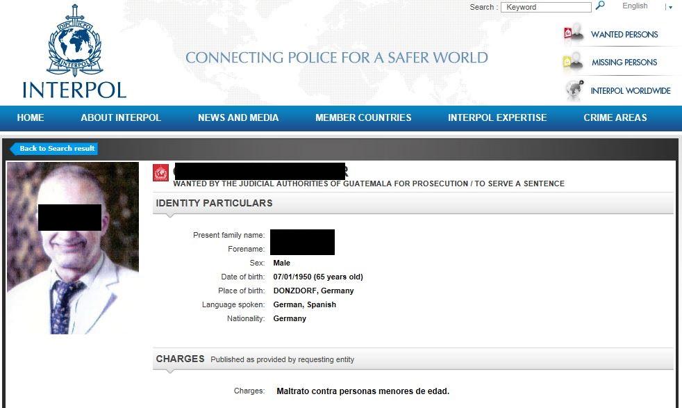 Mit diesem Steckbrief fahndet Interpol nach dem deutschen Schulleiter. Screenshot (Schwärzungen von news4teachers)