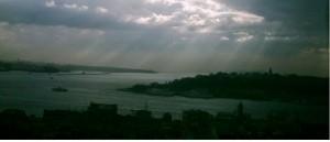 Dunkle Wolken über dem Bosporus: Blick aus einem Fenster der Deutschen Schule Istanbul. Foto: userAs2431 / Wikimedia Commons