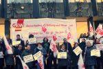 In Bremen setzten sich der GEW zufolge etwa 100 Lehrkräfte vor der Bürgerschaft für eine bessere Bezahlung ein. Foto: GEW