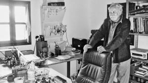 Janosch in seinem  Atelier am Zeichnertisch. (© Angela Bajorek)