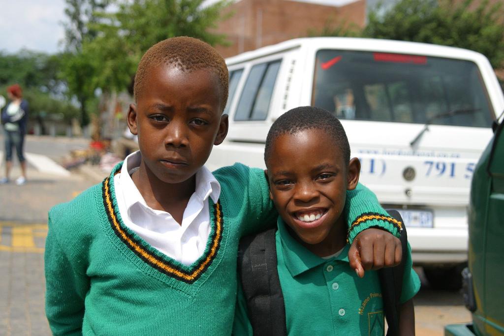 Deutsche Lehrer sind weltweit im Einsatz - auch in Johannesburg, wo diese beiden Jungen zur Schule gehen. Foto: thomas_sly / flickr (CC BY 2.0)