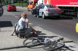 Die Gefahr sich in der Schule oder auf dem Schulweg zu verletzten scheint bei Mobbingopfern besonders hoch. (Unfall in Berlin im Juni). Foto: Karl-Ludwig Poggemann Flickr (CC BY 2.0)