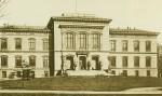 War 1893, als dieses Foto entstand, offenbar noch ein recht beschaulicher Hort der Bildung, die Universität Kiel (hier das Hauptgebäude). Foto: Wilhelm Dreesen / Wikimedia Commons