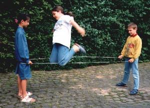 Gummitwist spielende Kinder