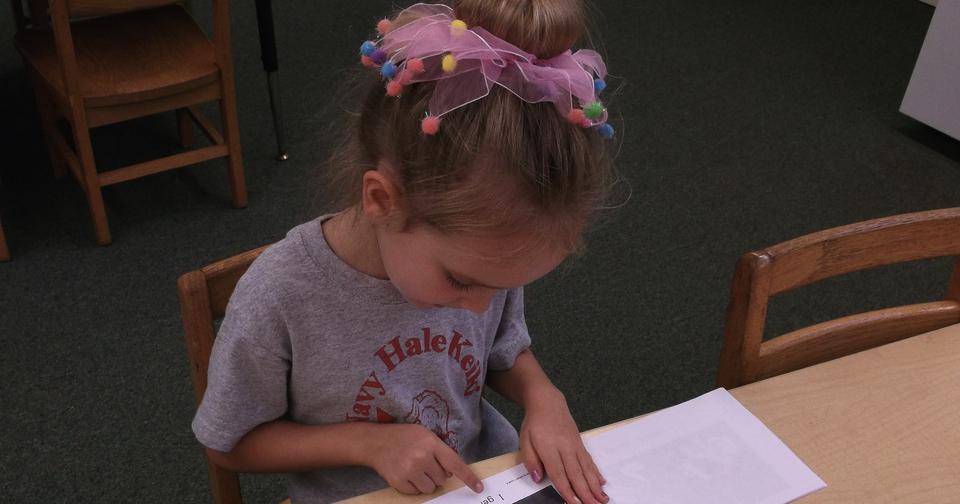 Kindergartenkind lesend