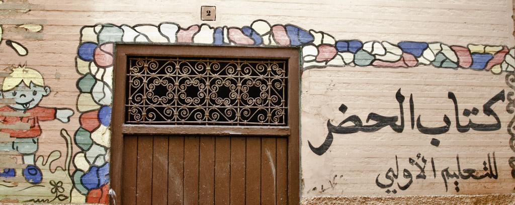Kindergarten-Eingangstür in Marrakesch