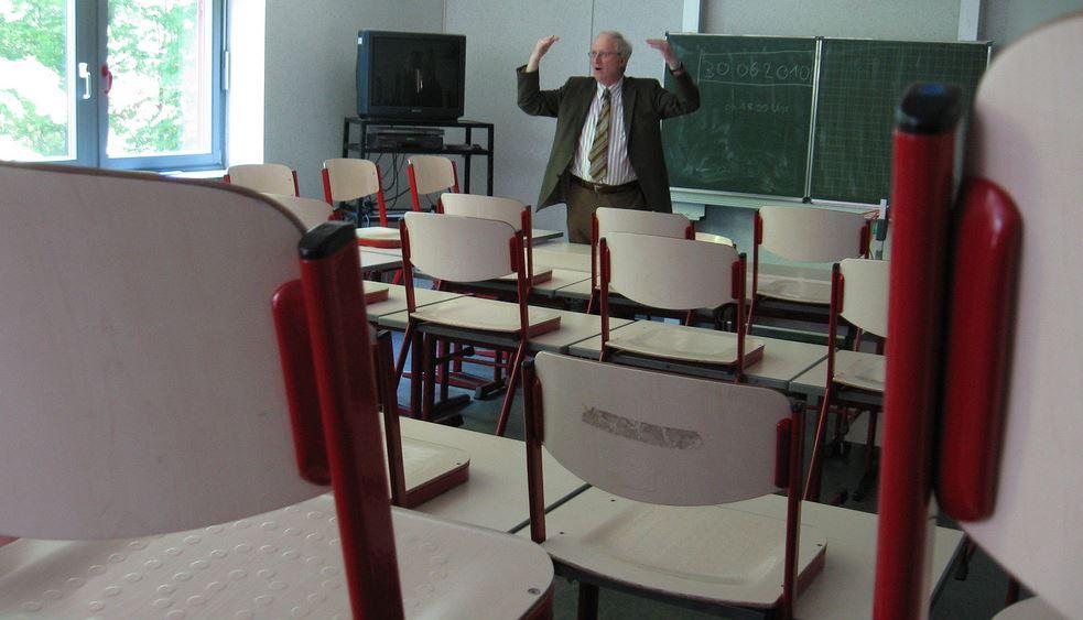 Mit 66 Jahren … plötzlich Deutschlehrer – Pensionär kehrt ins Klassenzimmer zurück (und unterrichtet Flüchtlingskinder)