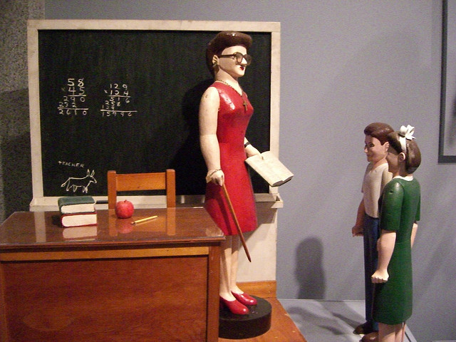 Machmal kommt einem der Alltag wie eine endlose Schliefe von Wiederholungen vor. besonders als Lehrer im Klassenzimmer- hier drei Figuren im Klassenzimmer fotografiert Classroom with Three Figures By Lavern Kelley. In the folk art gallery at the Smithsonian American Art Museum. . (Foto: Andrew Kuchling/Flickr (CC BY-SA 2.0)