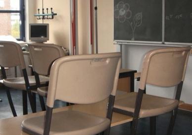 """leerer Klassenraum mit """"hochgestellten"""" Stühlen"""