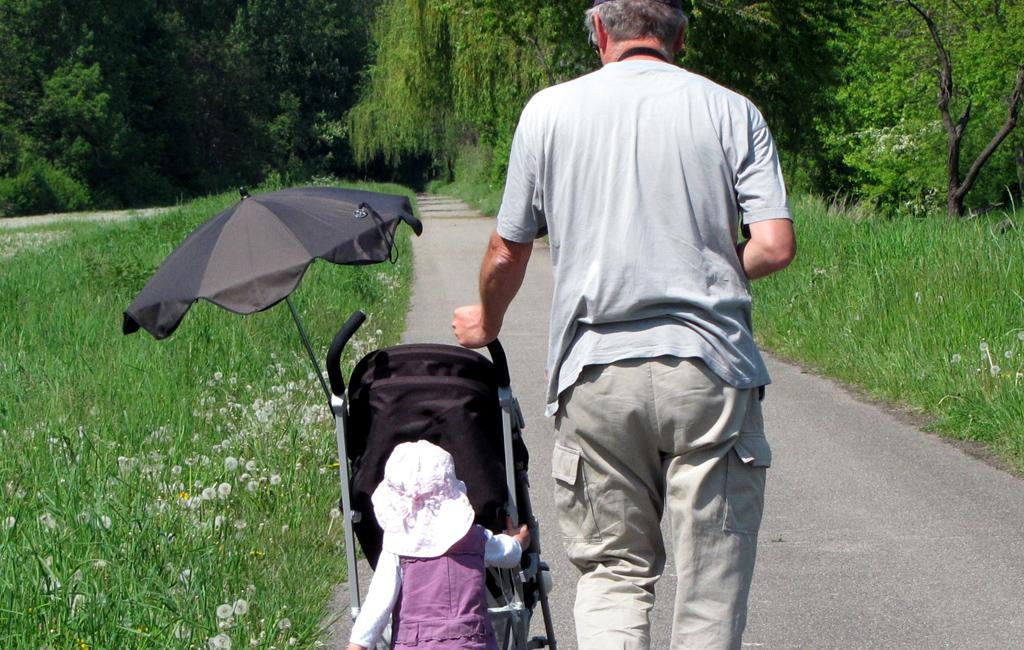 Kleinkind mit Vater