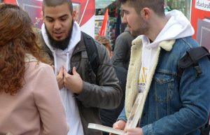 Koran-Verteilung in München, EKD-Präsident Bedford-Strohm erhofft sich von flächendeckendem Islam Unterricht eine Immunisierung Jugendlicher gegen fundmentalistische Tendenzen. Foto: Metropolico.org / flickr (CC BY-SA 2.0)