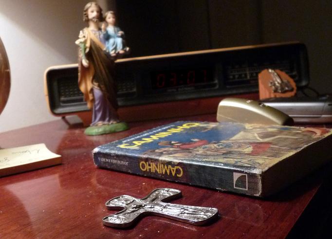 christliche Symbole auf einem Schreibtisch
