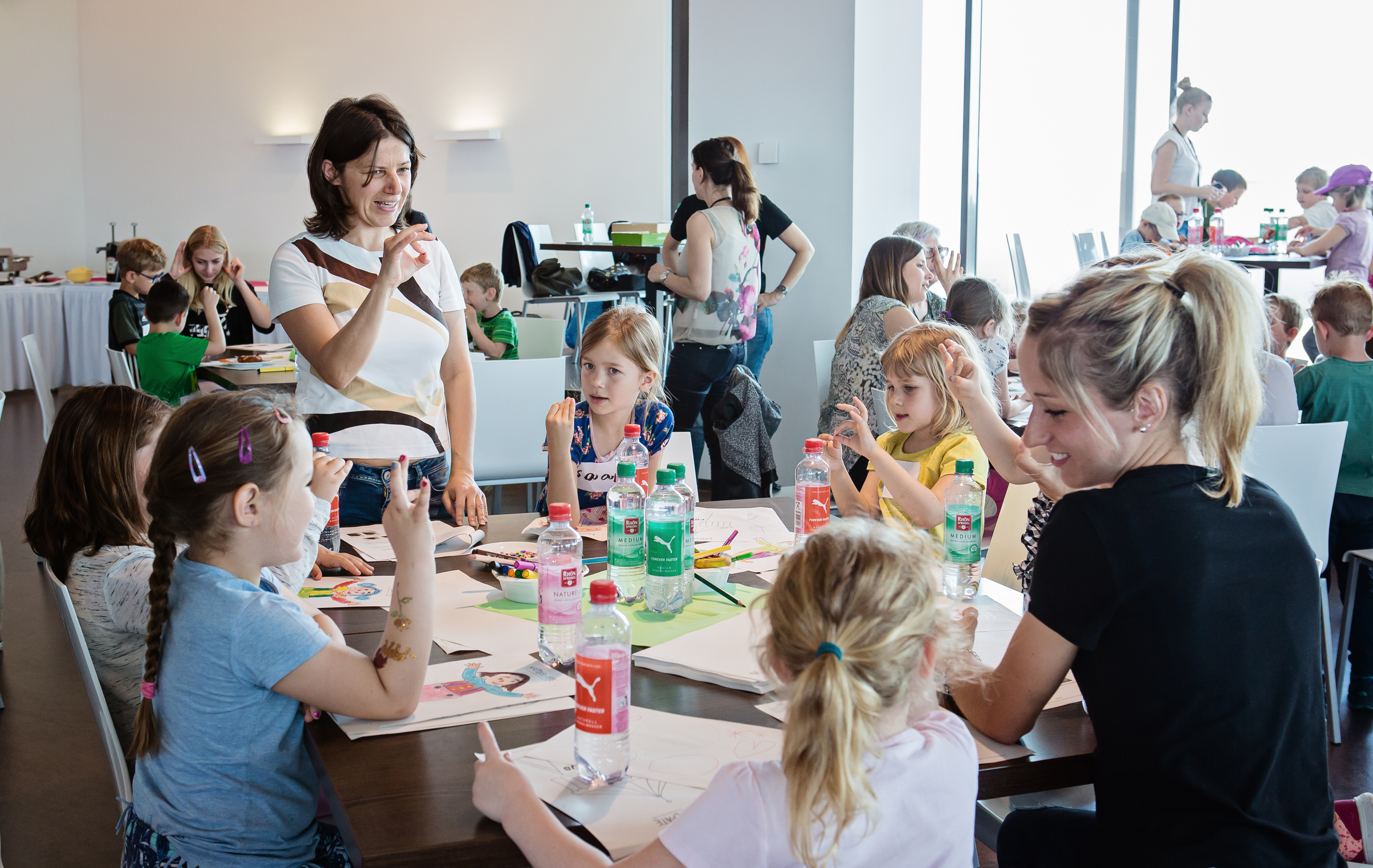 Besser Handschreiben: Kritzelpaten trainieren mit Vorschulkindern spielerisch die Feinmotorik