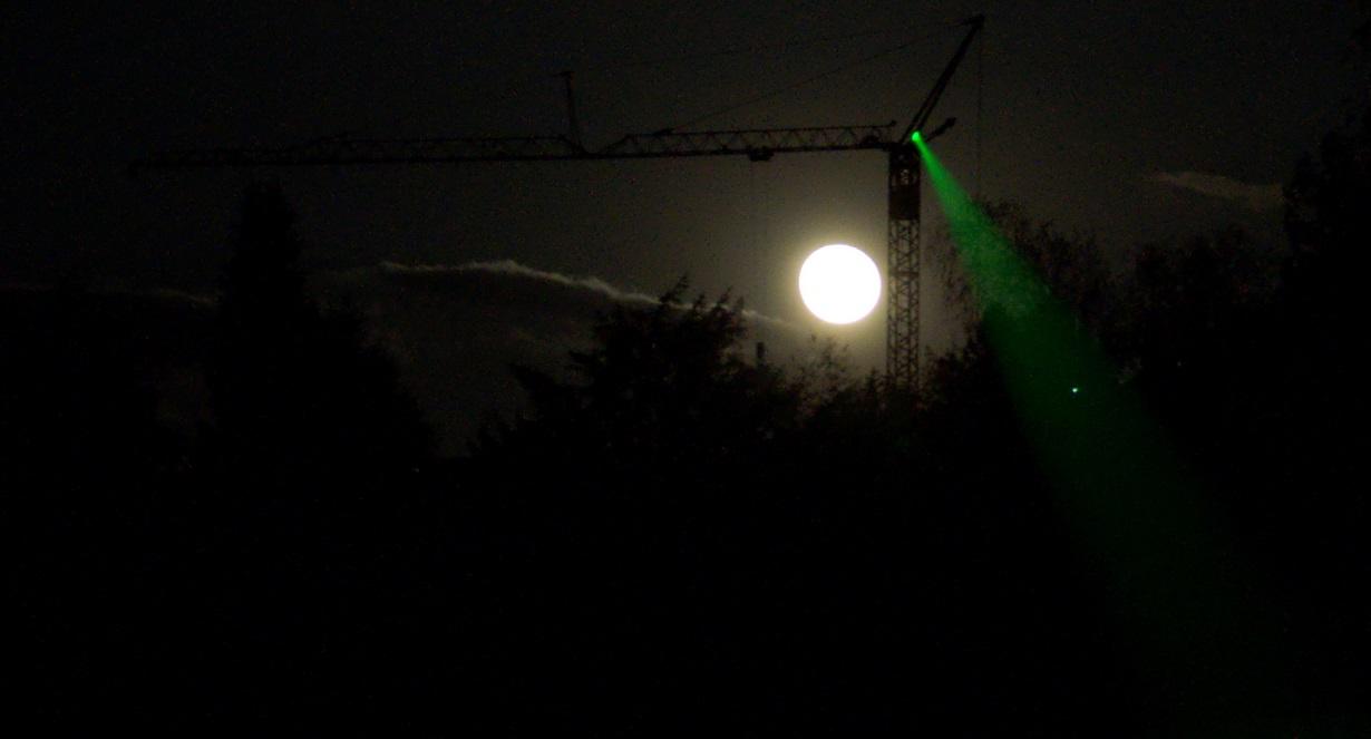 Ein starker Laserpointer strahlt über Hunderte von Metern. Foto:Simon A. Eugster / Wikimedia Commons  (CC BY-SA 3.0)