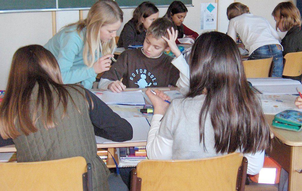 Auf die Motivation von Jugendlichen zum Lernen haben Mitschüler einen größeren Einfluss als die Lehrer - zumindest in Deutschland. Foto Sinatra and Peter O. Chott / Wikimedia Commons (CC BY 3.0)