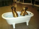 Eine Statue dieser berühmten Badeszene bekam die Lehrerin geschenkt. (Foto: Statue in Lüdenscheid von Anne Bermüller/pixelio)