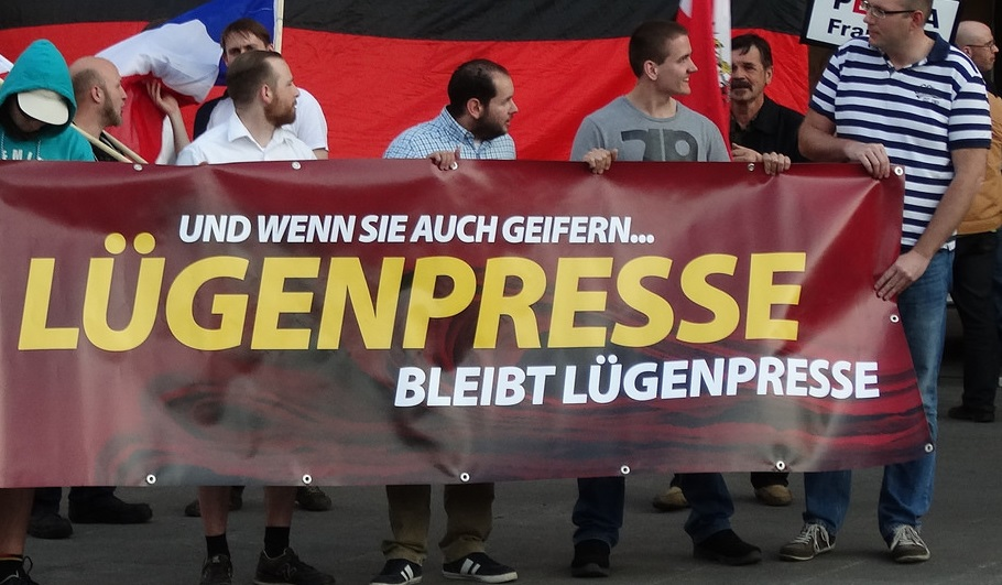 """Lügenpresse bleibt Lügenpresse"": Pegida-Demonstranten. Foto: opposition24 / flickr (CC BY 2.0)"