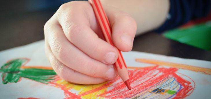 Auf die richtige Haltung beim Malen und Schreiben kommt es an - auch schon bei Vorschulkindern. Foto: pxhere CCO