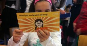 Umstrittenes Unterrichtspaket: Grundschülerin mit dem Material von Media Smart. Foto: Media Smart