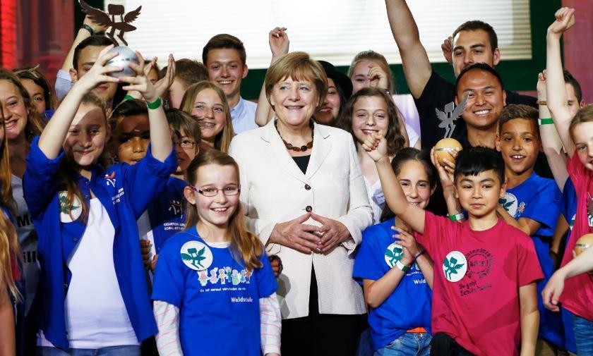 Die Bundeskanzlerin inmitten von Schülern der Preisträgerschulen. Foto: Deutscher Schulpreis