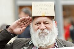 """Lehrer über 50 (hier bei einer Demonstration in Berlin fuer bessere Arbeitsbedingungen, auf dem Karton steht: """"Another brick in the wall""""). Foto: Michael Hübner / Flickr"""