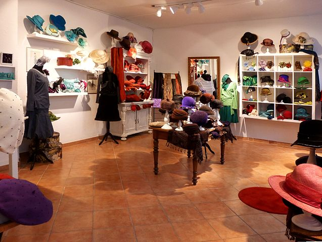 Atelier und Showroom für Putzmacherei und Modedesign. Wirkstätte unter dem Namen LOEA der Modistin und Modedesignerin Heike Lörcks in der historischen Altstadt von Lüneburg. Foto: Oxfordian Kissuth/Wikimedia CC BY-SA 3.0