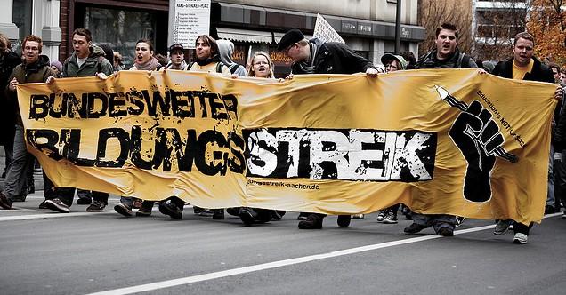 """""""Bildungsstreik"""" soll auch für Beamte rechtens sein: Demonstration in Aachen 2009. Foto: MrTopf /Flickr (CC-BY-SA-2.0)"""