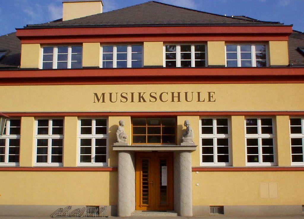 Die altehrwürdige Musikschule leidet unter nachlassendem Zuspruch. Foto: PLauppert / Wikimedia Commons (GFDL)