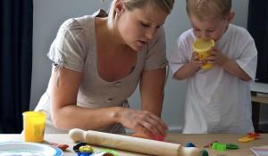 Vielfach bleibt die Betreuung der Kleinen in der Streikzeit an den Müttern hängen. Aber nicht jede hat die Gelegenheit, zu Hause zu bleiben. Foto: Chris_Parfitt / flickr  (CC BY 2.0)