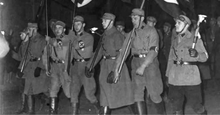 Das Horst-Wessel-Lied war das Kampflied der SA - Aufmarsch am Abend der Machtergreifung Hitlers. Foto: Bundesarchiv, Bild 146-1982-004-13A / Wikimedia Commons (CC BY-SA 3.0 DE)