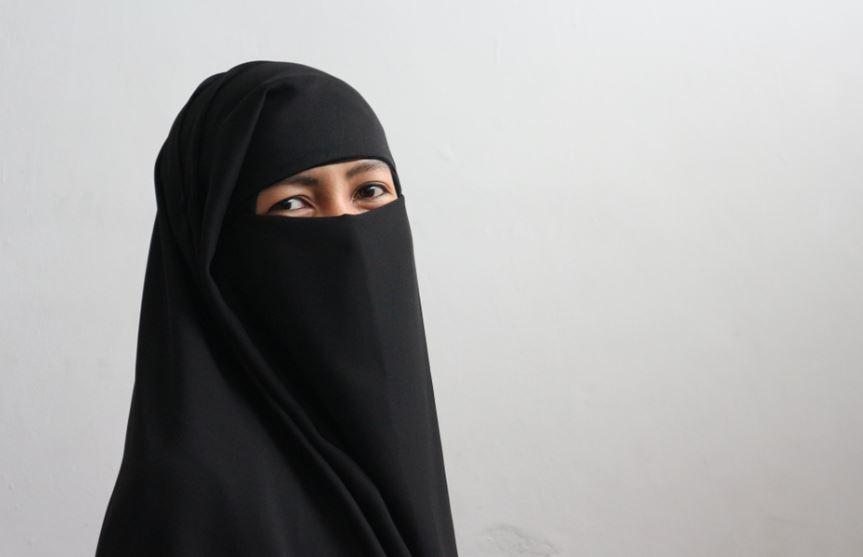 Schulfrieden gestört? Einen solchen Niqab trägt die Mutter aus Essen. Foto:  Claude Robillard / flickr (CC BY-NC 2.0)