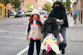 Mutter mit Vollschleier vom Schulgelände verwiesen – Kritik an der Schulleitung